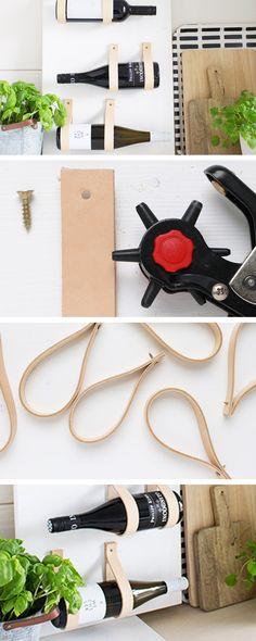 Un portabottiglie minimal, perfetto per chi ha poco spazio, usando solo legno e cinghie di pelle - http://it.dawanda.com/tutorial-fai-da-te/bricolage/realizzare-portabottiglie-legno-cinghie-pelle