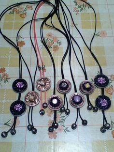 Collares realizados con cápsulas nespresso y adornados con botones e hilo mágico