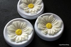 DIY / tutorial Learn how to make a fondant or gum paste Shasta Daisy Flower. You can use this sugar flower to decorate fondant cakes / wedding cakes. Fondant Flower Tutorial, Fondant Flowers, Sugar Flowers, Diy Tutorial, Gum Paste Flowers, Fondant Cakes, Wedding Cakes, Cupcake, Daisy