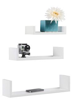 """Die Wandboards aus der Serie """"Lars"""" schaffen Platz für Ihre eigenen Ausstellungsstücke! Gestalten Sie Ihr Zuhause nach Ihren persönlichen Vorstellungen mit diesem dekorativen Set. Die 3 Regale sind aus einer robusten Faserplatte gefertigt und mit einer Lackierung in hochglänzendem Weiß versehen. Das Befestigungsmaterial ist bereits im Lieferumfang enthalten. Genießen Sie die Gestaltungsfreiheit dieser modernen Wandboards!"""
