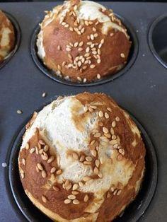 Mit einer Form für Muffins werden alle Laugenbrötchen gleich groß und sie gehen auch nach oben auf und verteilen sich nicht platt über das Backblech.