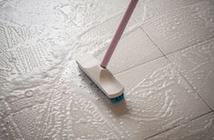 Cleaning Porcelain Floor Tiles Was Never This Easy Before - Home Quicks Vinyl Flooring, Kitchen Flooring, Diy Cleaning Products, Cleaning Hacks, Cleaning Tile Floors, Cleaning Ceramic Tiles, Wood Parquet, Ideas Para Organizar, Home Organization Hacks