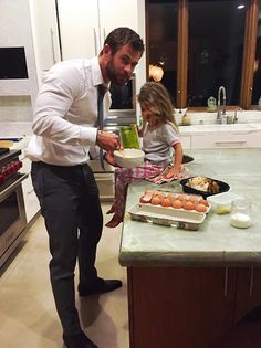 Fact: Chris Hemsworth dresses up when preparing late-night snacks for himself and daughter India Rose. The Thor star's wife, Elsa Pataky, approves. Chris Hemsworth Thor, Chris Hemsworth Kinder, Chris Hemsworth Daughter, Chris Hemsworth Family, Chris Hemsworth Children, Elsa Pataky, Chris Evans, Cute Celebrities, Celebs