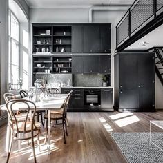 Klassisk og kult i sort 🎩  Cred @henriknero #kjøkken #kitchen #kvanum #kvänum #kvanumoslo #klassisk #classic #byleilighet #sort