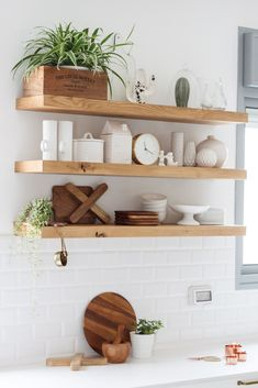 This is perfect thickness and color of wood. It is also a good spacing apart from each other. We want to be able to easily reach shelf. Home Decor Kitchen, Kitchen Interior, Home Kitchens, Diy Home Decor, Room Decor, Home Room Design, Dream Home Design, House Design, Diy Casa