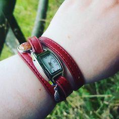 Hier trägt eine Kundin unsere ECHTE BLÜTE Wickelarmbanduhr dunkelrot silber. Wir verkaufen sie hier: http://villasorgenfreiberlin.de/product_info.php?info=p143_echte-bluete-wickelarmbanduhr-dunkelrot-silber.html
