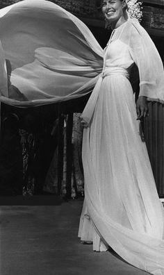 Célèbre pour son savoir-faire couture, la maison Christian Dior réalise depuis ses débuts des robes de mariée. Brodés de tulle, drapés fourreau, traînes infinies en dentelle... Zoom sur les plus beaux modèles immaculés, réalisés par la maison française.