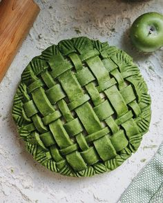 Vegan matcha apple pie by Gorgeous Farah! What fat did you use for the crust? Ive been wanting to try coconut oil - would love to hear how it help up! My first matcha pie. And its vegan. Pie Crust Designs, Pie Decoration, Pies Art, Green Tea Recipes, My Pie, Matcha Green Tea Powder, No Bake Pies, Cookies Et Biscuits, Food 52
