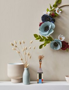 From dried floral wreaths to simple and chic felt flower wreaths to dried citrus garlands, these Christmas DIY projects will add some stylish festive flair Dried Flower Wreaths, Dried Flowers, Ribbon On Presents, Christmas Fashion, Christmas Diy, Diy Projects To Try, Craft Projects, Lady Cave, Felt Leaves