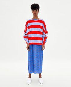 Obrázek 1 z/ze STRIPED KNOTTED T-SHIRT od Zara