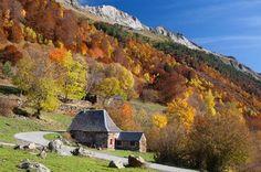 Valle de Arán (Lleida): un lugar mágico lleno de color.    Foto: Corbis Images — Otro lugar indispensable donde disfrutar de la época otoñal es el Valle de Arán, en los Pirineos de Lleida. Este lugar es mágico. Aquí la naturaleza despliega sus mejores vestiduras para recibir al otoño, rodeado de altas cumbres y encantadores pueblos pirenaicos.