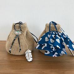 前回作った巾着バッグのミニヴァージョンを作りました。 instagramで浴衣に合いそうとコメントを頂きまして、それなら和テイストのミニ巾着バッグを作ろうと思ったのでした。 ところがいつものセリアパトロールで出会ってしまったこのコンチョボタン。 使わずにはいられない…‼️となってしまい、結局2パターン作る事にしたのです。 まずはコンチョボタン付きミニ巾着バッグから。 作り方はほぼ前回の巾着バッグの作り方と一緒です。 作り目6目スタートで、底は10段、60目です。 側面は増し目無しで20段編みます。 側面21段目で、4目細編み、1目鎖編んで1目飛ばしを12回繰り返します。 穴が空いてるのだけど小さくて見えにくくてごめんなさい。 すいません、この時の写真撮り忘れて編み上がりの写真しか無い...