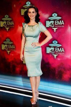 Katy Perry marcou presença no EMA 2013 com vestido metálico e sapatos transparentes