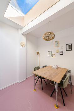 Een spreekkamer die huiselijk is ingericht. Het daglicht zorgt onbewust voor een prettige sfeer. Office Desk, Modern Design, School, Furniture, Home Decor, Desk Office, Decoration Home, Desk, Room Decor