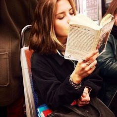 Parisian Women Reading on the Metro (exPress-o) I Love Books, Good Books, Books To Read, Reading Books, Book Aesthetic, Aesthetic Girl, Getting Over Someone, How To Read People, Woman Reading
