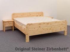 Massivholzbett schwebend  Zirbenbett Kranzhorn, freischwebend auf Unterbausockel ...