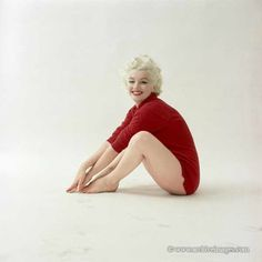 Connecticut - The Red Sweater - Milton Greene - Divine Marilyn Monroe Style Marilyn Monroe, Marilyn Monroe Photos, Tina Louise, Viejo Hollywood, Old Hollywood, Jeanne Moreau, Elizabeth Taylor, Connecticut, Katharine Ross