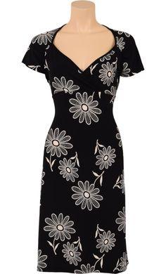 Elegante jurk met mooi overslagdecolleté en flatterend A-lijn rokje. De jurk heeft korte mouwen en plooitjes op de borst en schouders. - Kinglouie By Exota