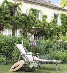 Overgrown ivy covered English Cottage Garden on this historic home Garden Cottage, Home And Garden, Cottages Anglais, Ivy House, Exterior, French Countryside, Outdoor Living, Outdoor Decor, French Country House