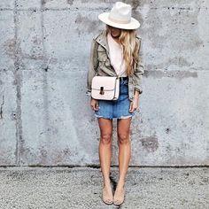 Célébrons le retour de la jupe en jeans!  #lookdujour #ldj #skirt #jeans #denim #streetstyle #spring #trendy #outfitideas #outfitinspo #inspiration #style #regram  @carajourdan