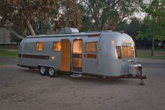1977 Adirondack Style Remodel of an Airstream. Be sure to click through to see all 54 pictures. Airstream Travel Trailers, Vintage Campers Trailers, Vintage Caravans, Classic Trailers, Retro Campers, Camping Trailers, Happy Campers, Airstream Renovation, Airstream Interior