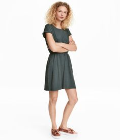Teal melange. Short-sleeved dress in slub jersey with elasticized waistband and side pockets.