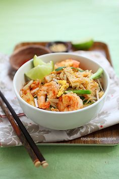 Shrimp Pad Thai on the Lighter Side | Skinnytaste  3 oz packaged rice noodles (rice sticks)  2 tsp oil  1 clove garlic, finely minced  6 oz medium-sized shrimp, shelled and deveined  2 oz fried firm tofu, cut into slices (optional)  1 large egg  1 large egg white  5 oz bean sprouts  1 oz Chinese chives (or scallions), cut into 2-inch lengths  1 tbsp crushed peanuts  lime wedges