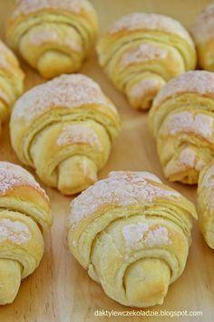 Pyszne, niezbyt skomplikowane rogaliki z ciasta przypominającego smakiem i wyglądem ciasto francuskie. Kruche, lekko rozwarstwiające si... No Bake Desserts, Dessert Recipes, Polish Recipes, Dessert Bread, Homemade Cakes, Cakes And More, My Favorite Food, Cupcake Cakes, Sweet Tooth