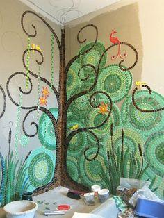 64. arbre en mosaïque sur un mur de salle de bains