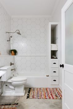 This is The Right Way to Unclog a Toilet With a Plunger (Apartment Therapy Main) Simple Bathroom, White Bathroom, Modern Bathroom, Turquoise Bathroom, Silver Bathroom, Classic Bathroom, Apartment Therapy, Bathroom Trends, Bathroom Renovations