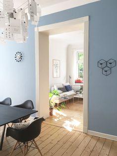 All zu lange hat es mit durchgehend weißen Wänden doch nicht funktioniert. :smile: Wir haben zwei Wände blau gestrichen, die Fenster- und die Obstseite sind weiterhin weiß geblieben.