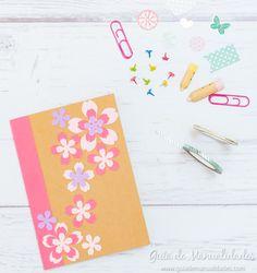 Libreta decorada con flores de papel