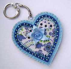I like the idea of sewing fabric onto the felt Felt Keychain, Keychains, Sewing Crafts, Sewing Projects, Fabric Hearts, Applique Monogram, Felt Patterns, Felt Fabric, Felt Hearts