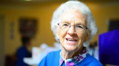 Okrem toho, že väčšine znás sa stará mama spája so samými príjemnými spomienkami zprázdnin, je aj dôvodom nášho šťastného detstva. Ato nielen pre najlepšie palacinky, rozmaznávanie na želanie či nezabudnuteľné dobrodružstvá. Vedci dokázali, že staré mamy zmatkinej strany zohrávajú vživotoch svojich vnúčat oveľa významnejšiu rolu než im pripisujeme. Kuriózne tvrdenie vyšlo na verejnosť len nedávno. …