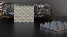 De diseño atemporal, la jabonera 'Anaho' es una pieza responsable con y para la naturaleza. Creada con las cenizas de residuos forestales, es 100% sostenible y nace en homenaje a los bosques incendiados. Decorative Boxes, Home Decor, Life, Soap Dishes, Remainders, Forests, Create, Blue Prints, Decoration Home