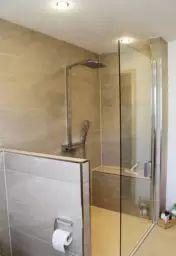 Dank integrierter Sitzbank bietet die großräumige Dusche zusätzlichen Komfort
