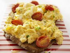 Brot mit Rührei mit Tomate ist ein Rezept mit frischen Zutaten aus der Kategorie Rührei. Probieren Sie dieses und weitere Rezepte von EAT SMARTER!