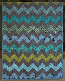 crazy mom quilts: how to make a zig zag quilt (without piecing triangles!) And thank you for using the correct terms and saying zig zag instead of chevron Chevron Quilt Tutorials, Chevron Quilt Pattern, Quilting Tutorials, Quilting Projects, Quilt Patterns, Sewing Projects, Quilting Ideas, Diy Quilting, Chevron Blanket