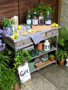 A Gin tasting bar in the garden is a great idea for a party! Gin Festival, Festival Party, Summer Parties, Summer Drinks, Speakeasy Party, Gin Tasting, 30th Party, Gin Bar, Bar Drinks