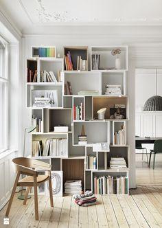 Salon z bibiloteczką z jadalnią, styl skandynawski - zdjęcie od KODY Wnętrza Design & Concept Store