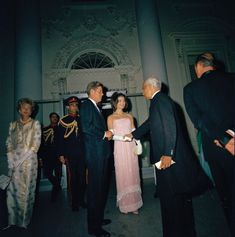 Jackie Kennedy, Les Kennedy, First Lady Portraits, The Shah Of Iran, Young John, Daytime Outfit, Tulle Gown, Famous Couples, White Gowns