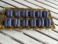 """Francouzské makronky nebo i makaronky jsou drobné mandlové laskonky"""" slepované originální náplní s kousky ostružin Typické jsou pro ně hladce vypouklé vršky a nádherně vláčné středy. Tyhle dokonalé sladkosti se pečou z mletých mandlí, cukru a bílků."""