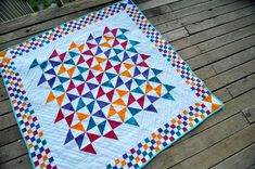 When it's done, the quilt looks like this. Would be nice in green purple, pink yellow. Cute Quilts, Scrappy Quilts, Small Quilts, Mini Quilts, Quilting Projects, Quilting Designs, Quilting Ideas, Quilting 101, Scrap Quilt Patterns