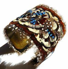 Prune Faux plumassiere à Mouriès feathers wrist band
