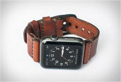 PULSEIRA DE COURO PARA O RELÓGIO DA APPLE - WATCH LEATHER STRAP Dê ao seu relógio Apple uma sensação de vintage com esta pulseira de couro, uma pequena equipe de artesãos sediado em Bexar County, Texas. Você pode escolher entre duas cores de couro, marrom ou bege.