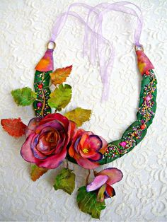 Necklace Autumn From My Window di irinacarmen su Etsy Textile Jewelry, Fabric Jewelry, Silk Flowers, Fabric Flowers, Jewelry Crafts, Jewelry Art, Jewellery, Handmade Necklaces, Handmade Jewelry