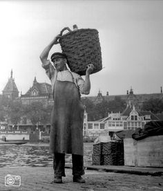 A man working at the Open Havenfront. In the background the Noord-Zuid Hollandsch Koffiehuis and Centraal Station, Amsterdam. Old Photos, Vintage Photos, Dutch Government, Kingdom Of The Netherlands, I Amsterdam, Central Station, Youth Culture, Grand Tour, Capital City