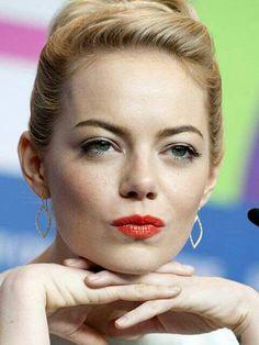 Hermoso color de labios de Emma Stone. Outfit celebridades. Que visten los famosos #Celebridades #Moda