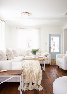 33 Charming Rustic Living Room Wall Decor Ideas for a Fabulous Relaxing Space - The Trending House Cute Dorm Rooms, Cool Rooms, My Living Room, Living Room Decor, Farmhouse Side Table, Knitted Blankets, Wool Blanket, Chunky Blanket, Room Wall Decor