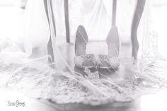 """Und gleich noch so ein tolles Schuhfoto, wir Frauen sind doch alle verrückt nach Schuhen. Habt ihr eure Brautschuhe schon gefunden? p.s.: passt auf auf eure Schuhe, wir waren neulich auf einer kroatischen Hochzeit, da sind die Schuhe """"gestohlen"""" worden Wedding Ideas, Home Decor, Pictures, Croatian Wedding, Shoes, Photographers, Decoration Home, Room Decor, Home Interior Design"""